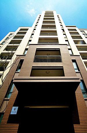是位于广州市区的一幢摩天大厦。店有700平方米的多功能厅及10个中型会议室,设施、设备配备一流,可举办不同形式的商务洽谈、高档宴会以及各类社交活动。